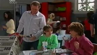 Max Hoyland, Summer Hoyland, Lyn Scully in Neighbours Episode 4659