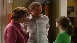 Lyn Scully, Max Hoyland, Summer Hoyland in Neighbours Episode 4659
