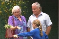 Lou Carpenter, Rosie Hoyland, Summer Hoyland in Neighbours Episode 4006